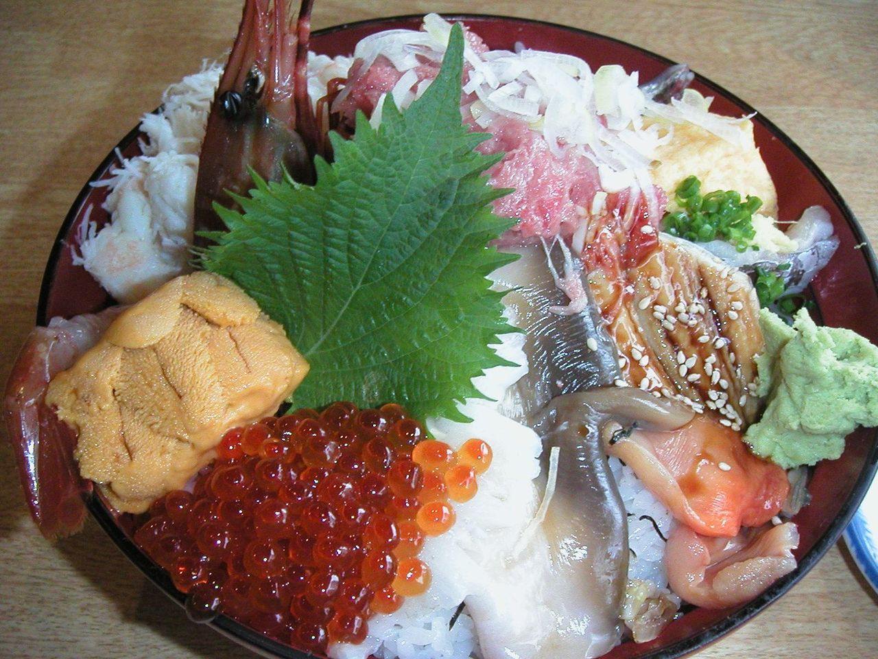 新鮮な魚介が盛りだくさん、しかもデカイ!厳選海鮮丼1,785円