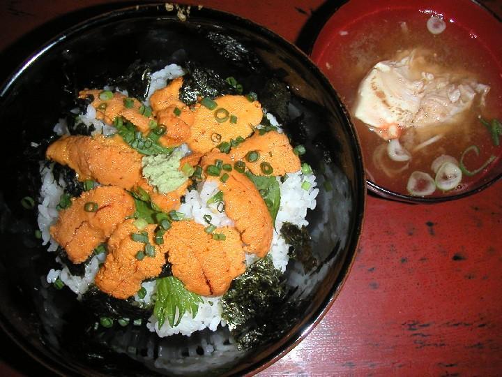 ランチのウニ丼950円
