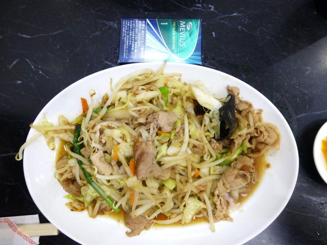 肉野菜炒めは、直径27センチのデカ皿を使用!