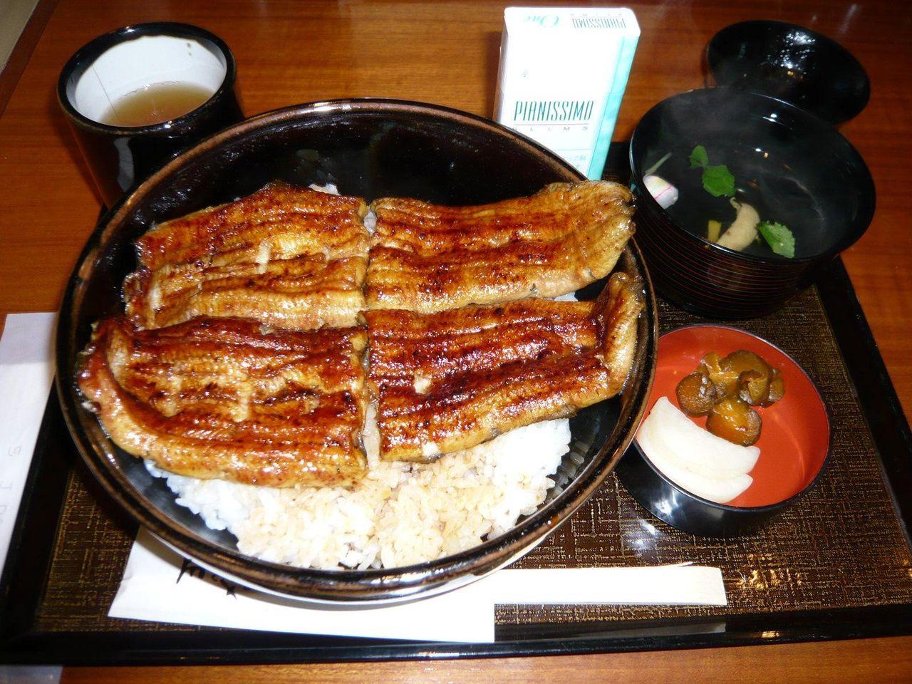 毎週金曜日、数量限定のスーパー丼(大盛)1,300円