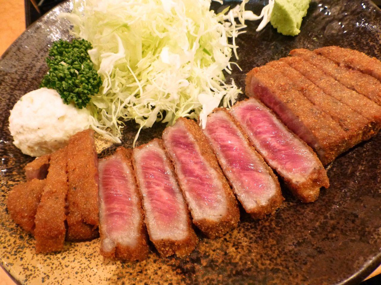 衣はサクッと香ばしく、牛肉はマグロの刺身のような味わい!