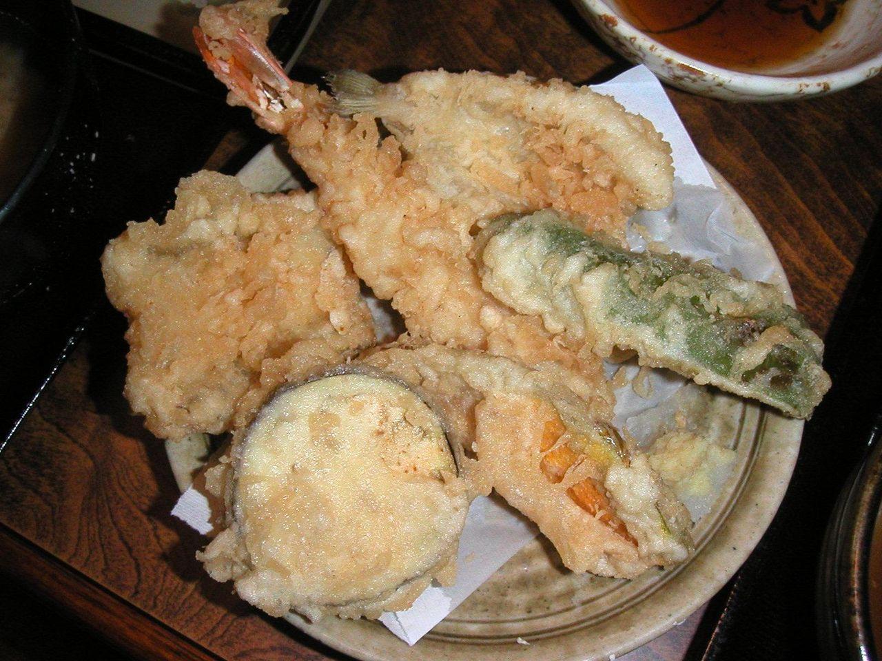 揚げ立て熱々の天ぷらも付いています。