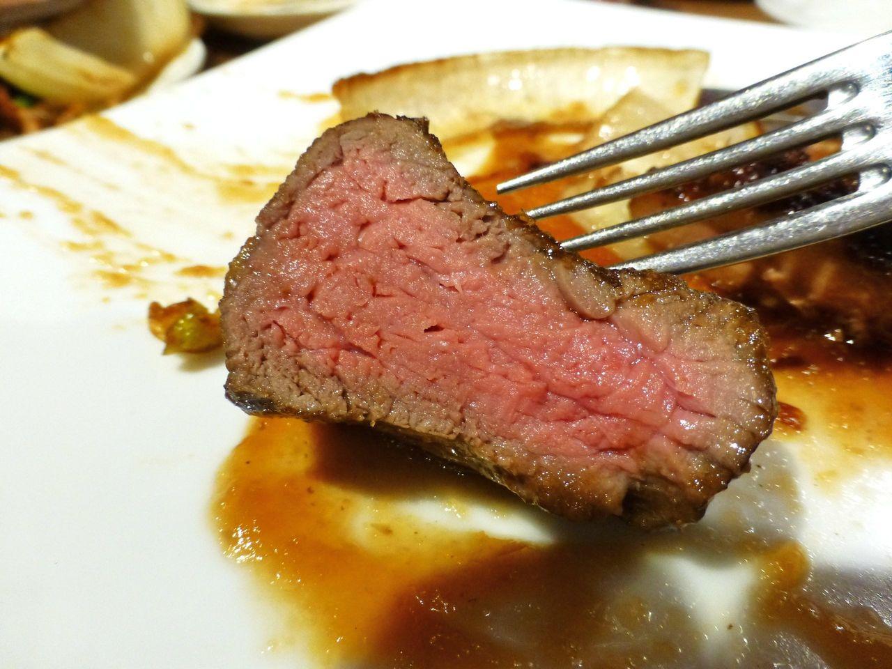 ぶ厚い牛ヒレ肉は、まだ赤みを帯びたレアの半生状態!
