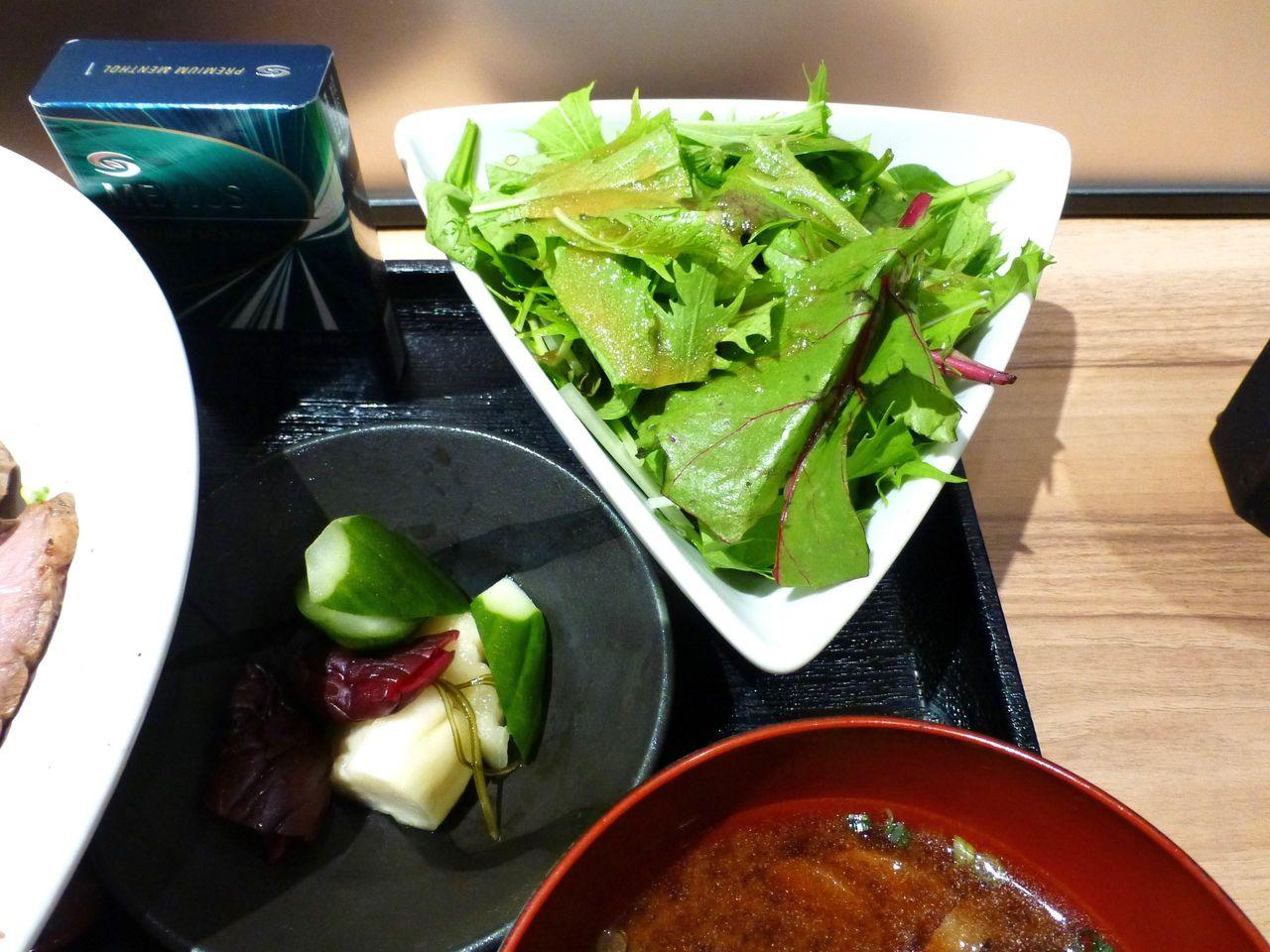 ローストビーフ丼は、サラダ、お新香、みそ汁付きです!