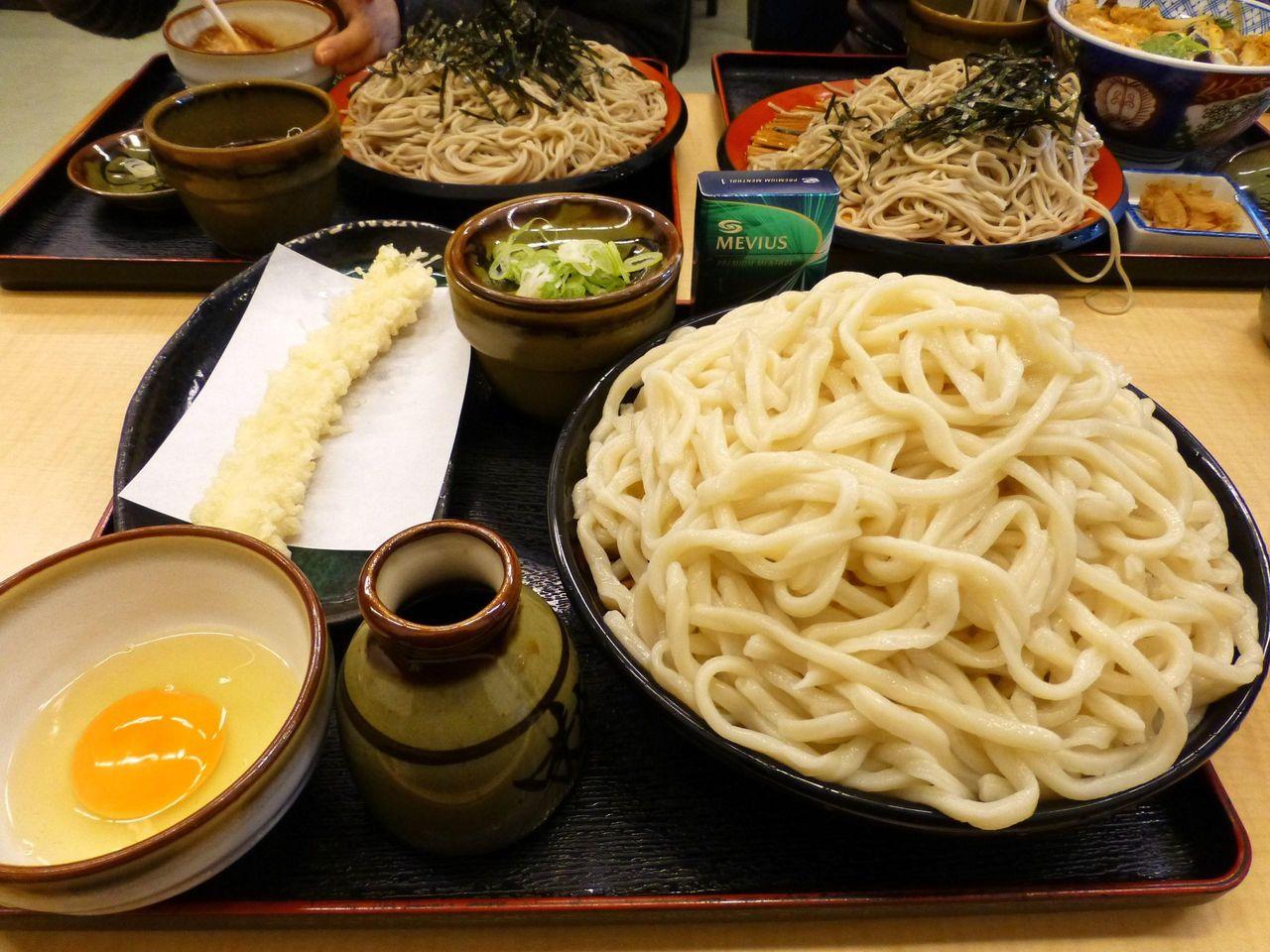 うどん富士山盛り500円+生卵50円+いか天ぷら100円