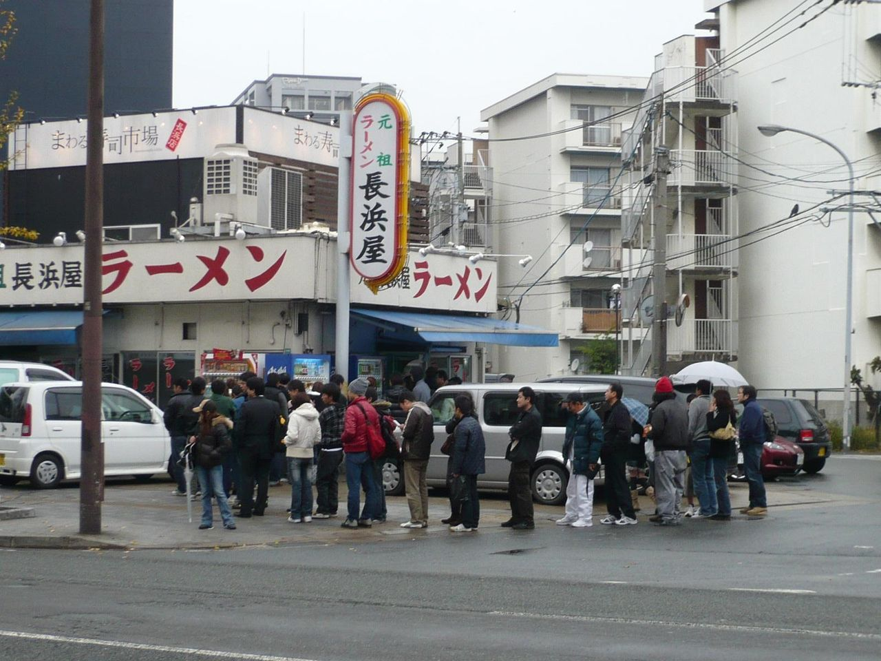 真向かいの「元祖長浜屋」は大行列です!