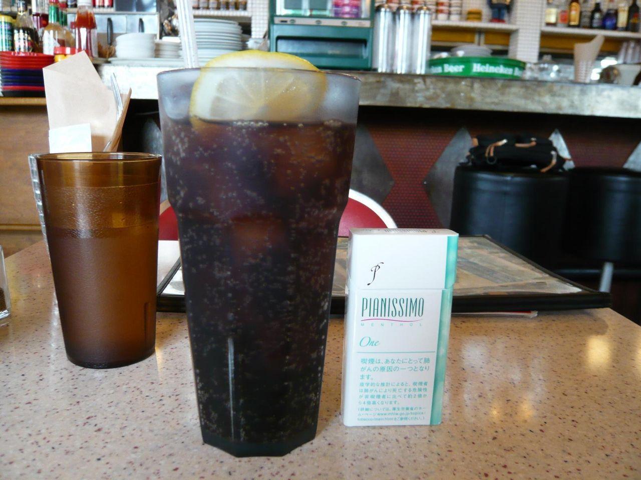 セットのコーラは、高さ16センチの特大グラスで出てきます!