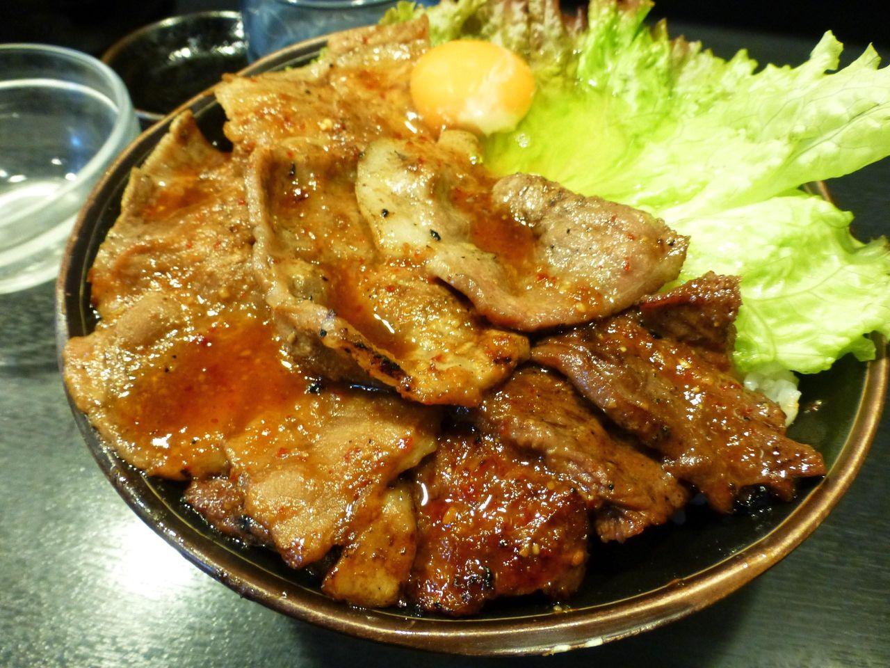 スペシャル丼は、カルビ、ロース、ハラミの3種類を味わえます!