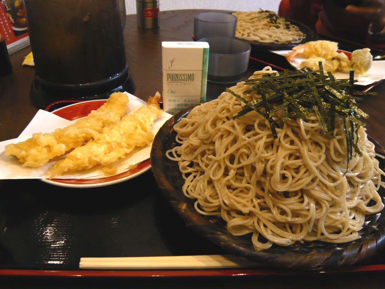 ざるそば大盛600円+天ぷら(海老、イカ)各100円