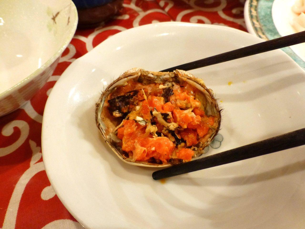 上海ガニ姿蒸しは、直径6.5センチと小さめ!