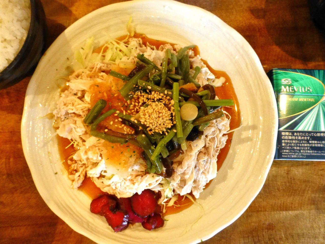 冷しポンズ定食は、直径25センチのデカ皿を使用!