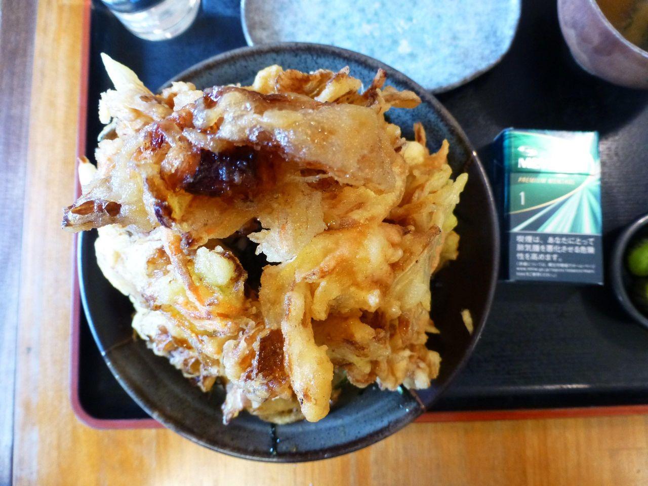 特製かきあげ丼は、直径20センチの丼を使用!