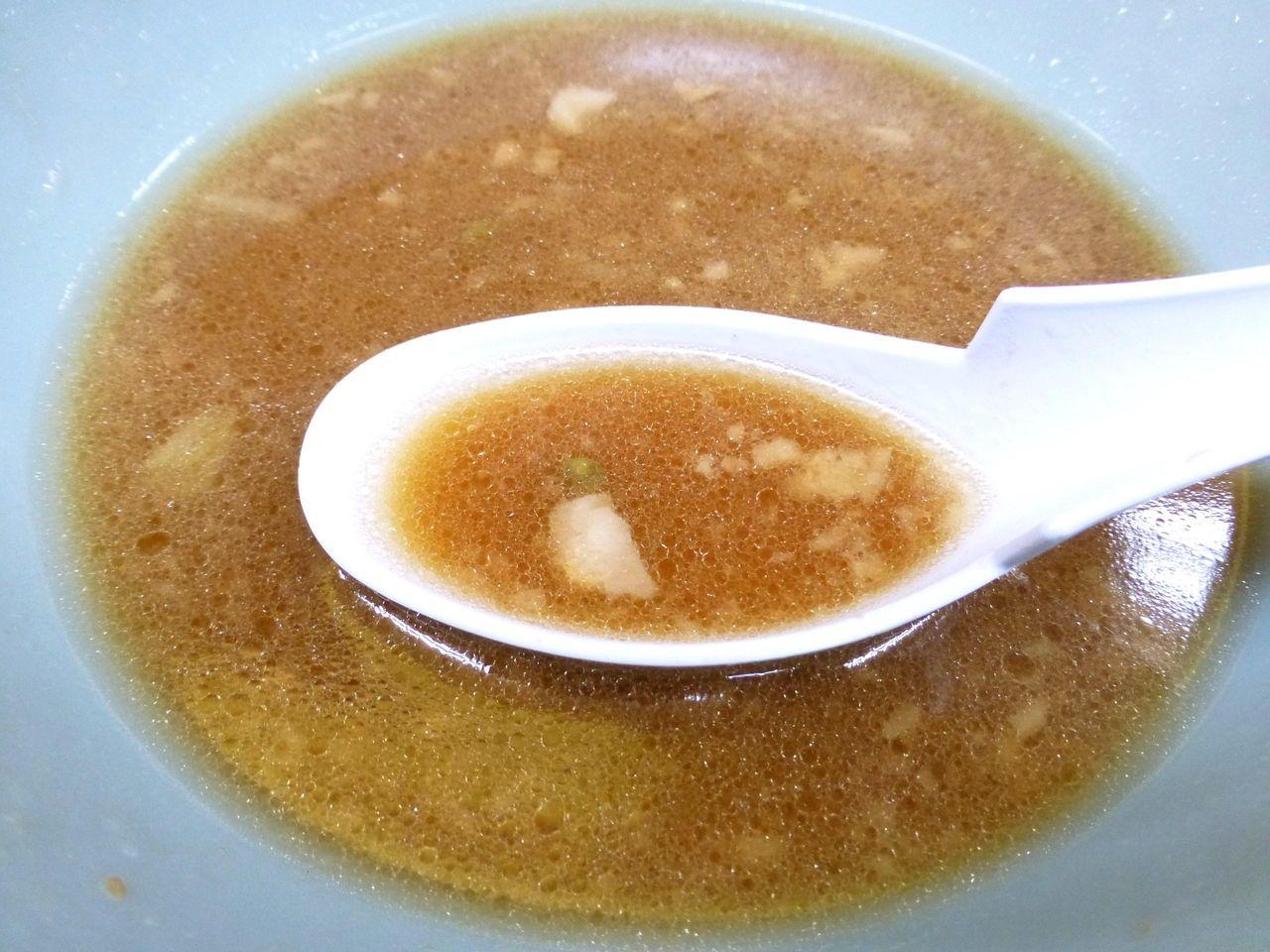 スープは、背脂の浮いたマイルド系!