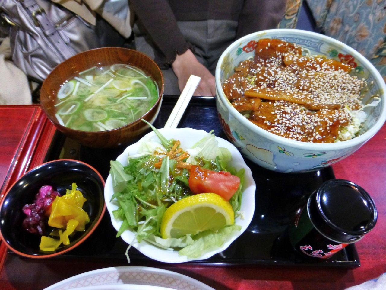 柔らか厚切り豚バラ丼700円(コーヒー付き)