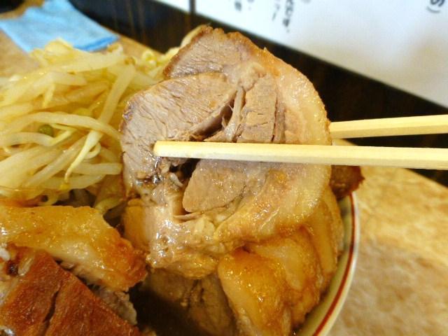 ぶ厚くカットした豚は、箸で崩れるほどやわらか!