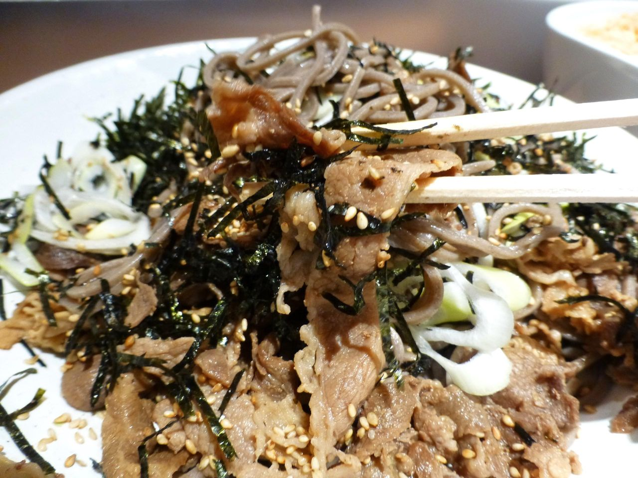 牛肉、胡麻、海苔が混ざり合って、蕎麦を一気にすすれないぞ!