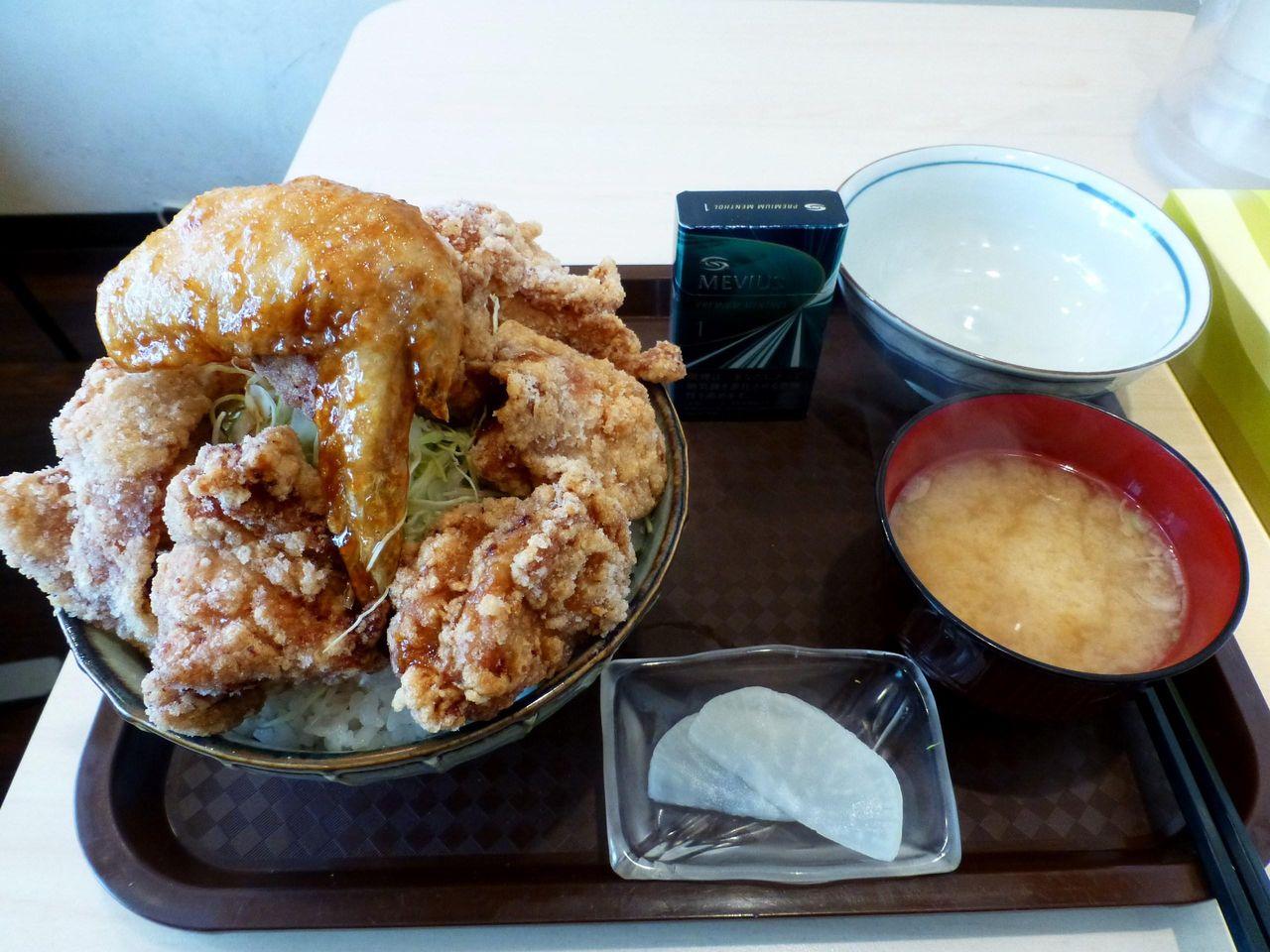 総重量は1キロを超える、ザンギ・デカ盛り丼850円!