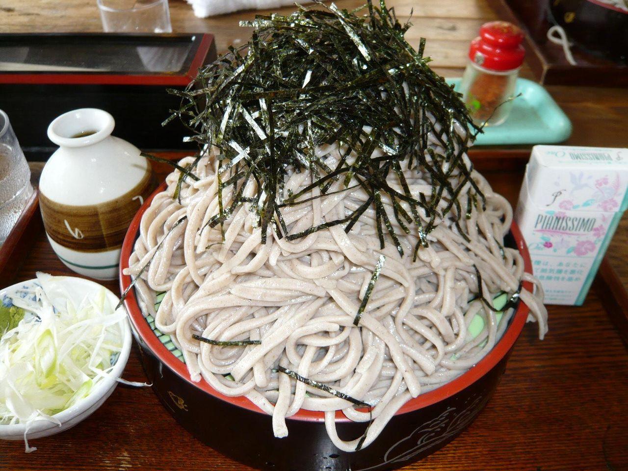 直径21センチのザルに、極太蕎麦がテンコ盛り!