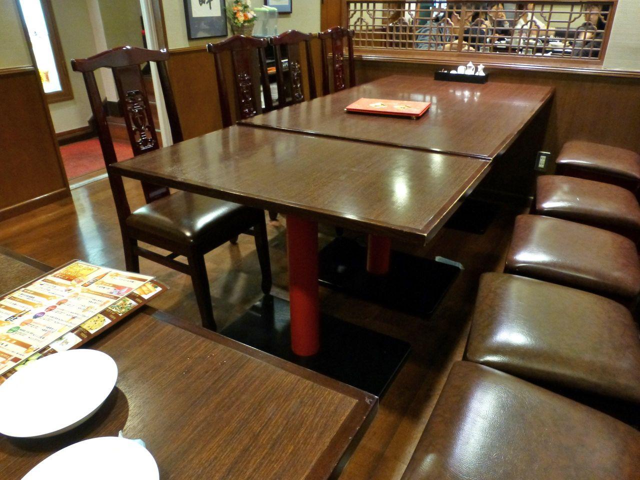 広々としたテーブル席