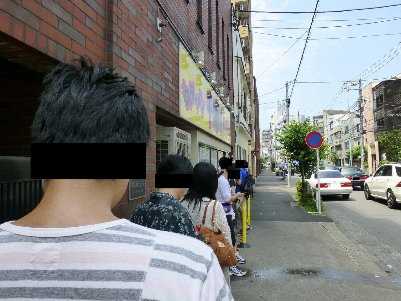 猛暑の中でも開店前から行列ができる人気店です!