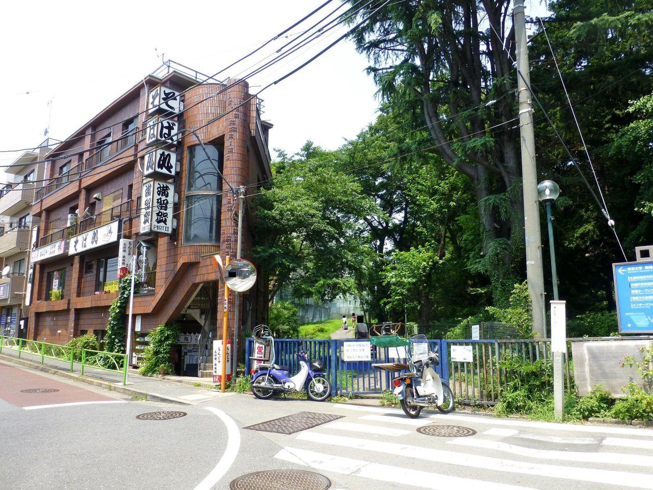 東京大学教養学部入口の隣にお店があります!