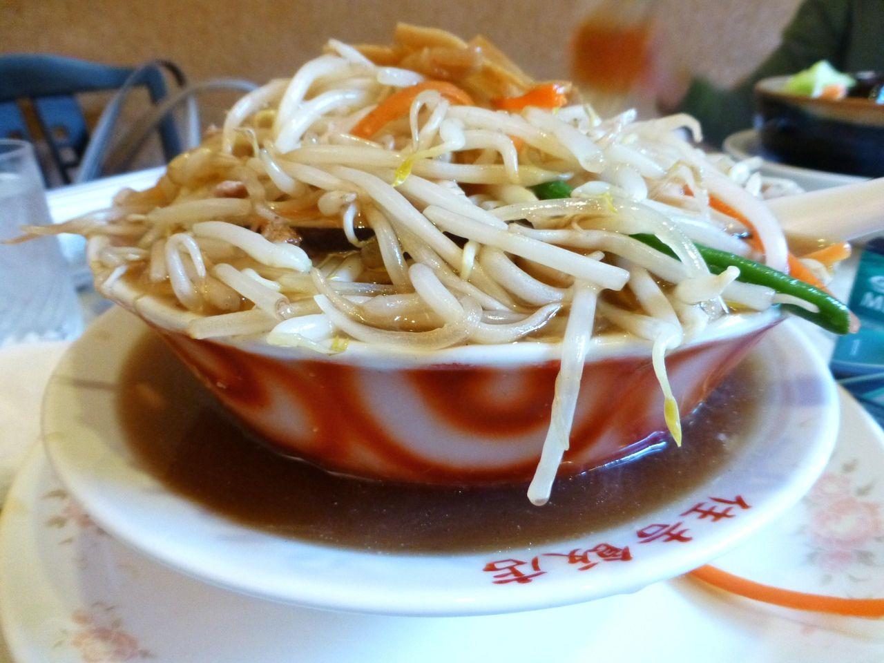 丼からスープが溢れて、もやし麺の源泉かけ流し!