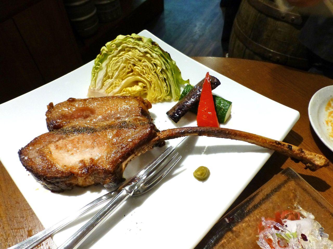 骨付きでワイルドな、松坂豚ロースのロースト1,344円(限定8食)