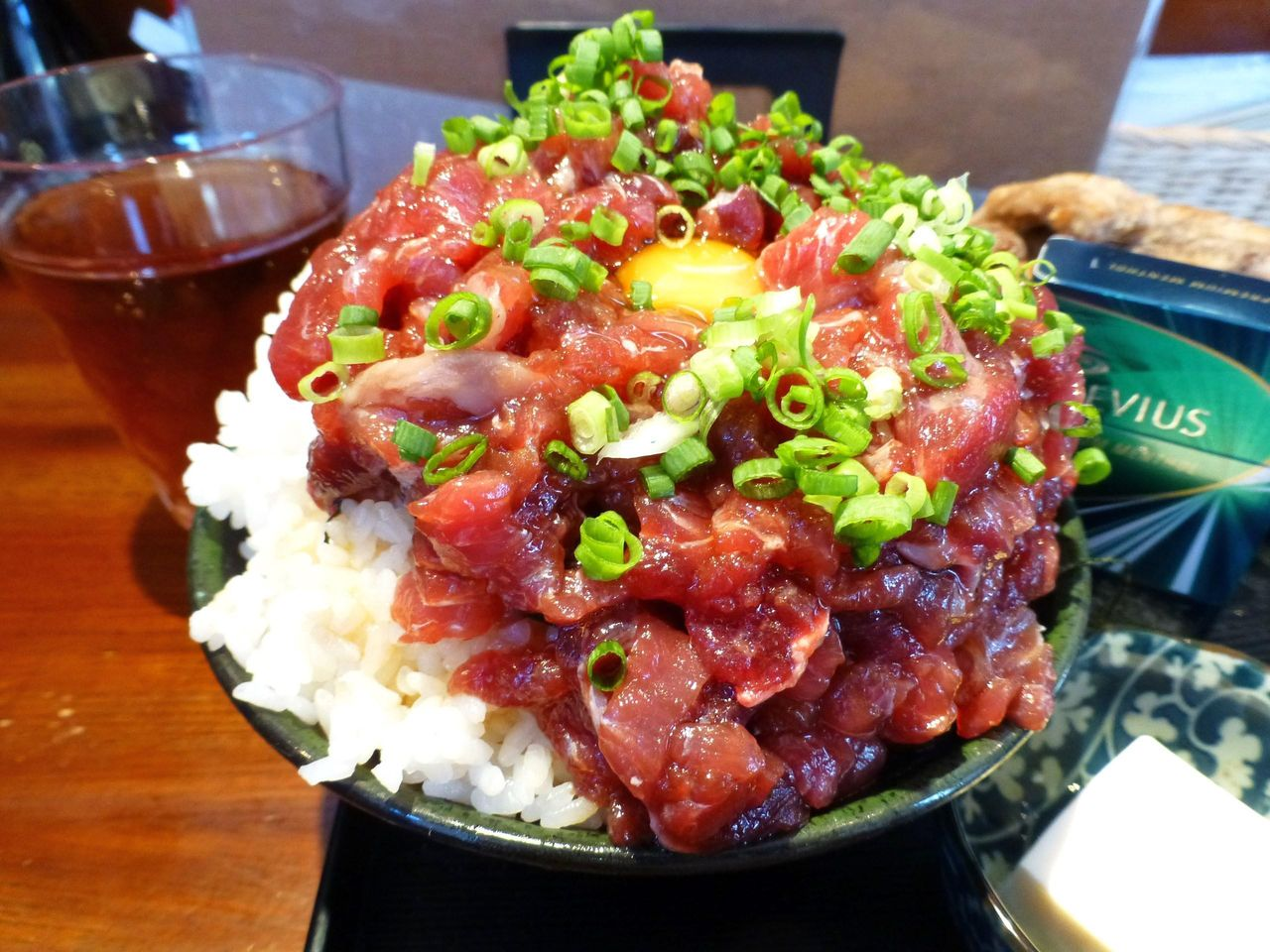 月島の「魚菜はざま」で、デカ盛りホホ肉ユッケ丼!