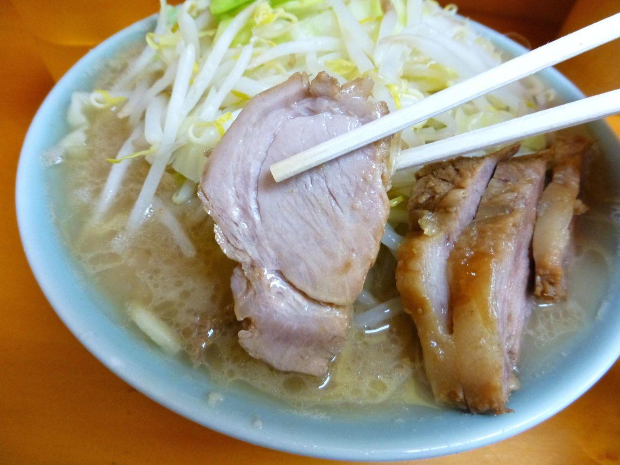 豚は、スープに沈めると、やわらかでほど良い味わいに!