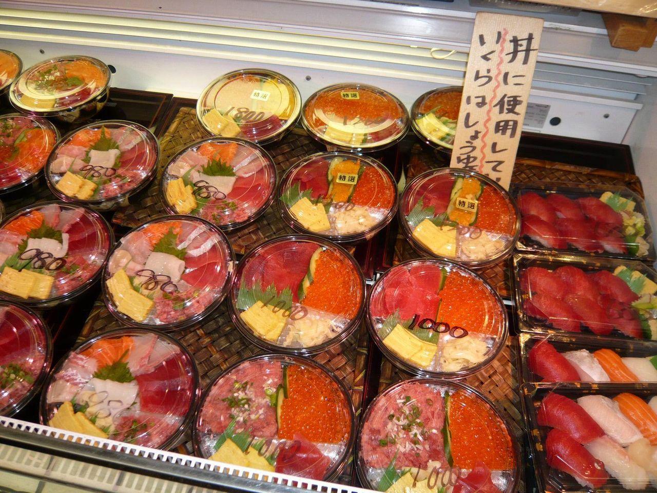 店頭では、旨そうな海鮮丼や刺身盛合せを販売しています!