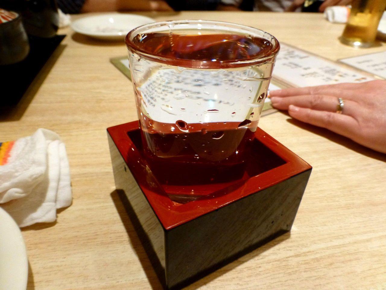 日本酒は升にこぼれるまで注いでくれます!