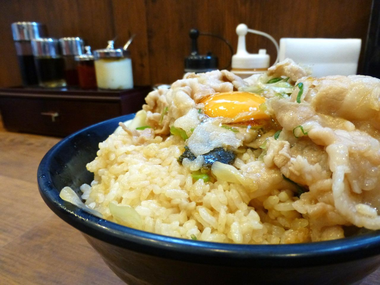 生姜丼(肉飯増し)のライスは、丼に9分目ほど!