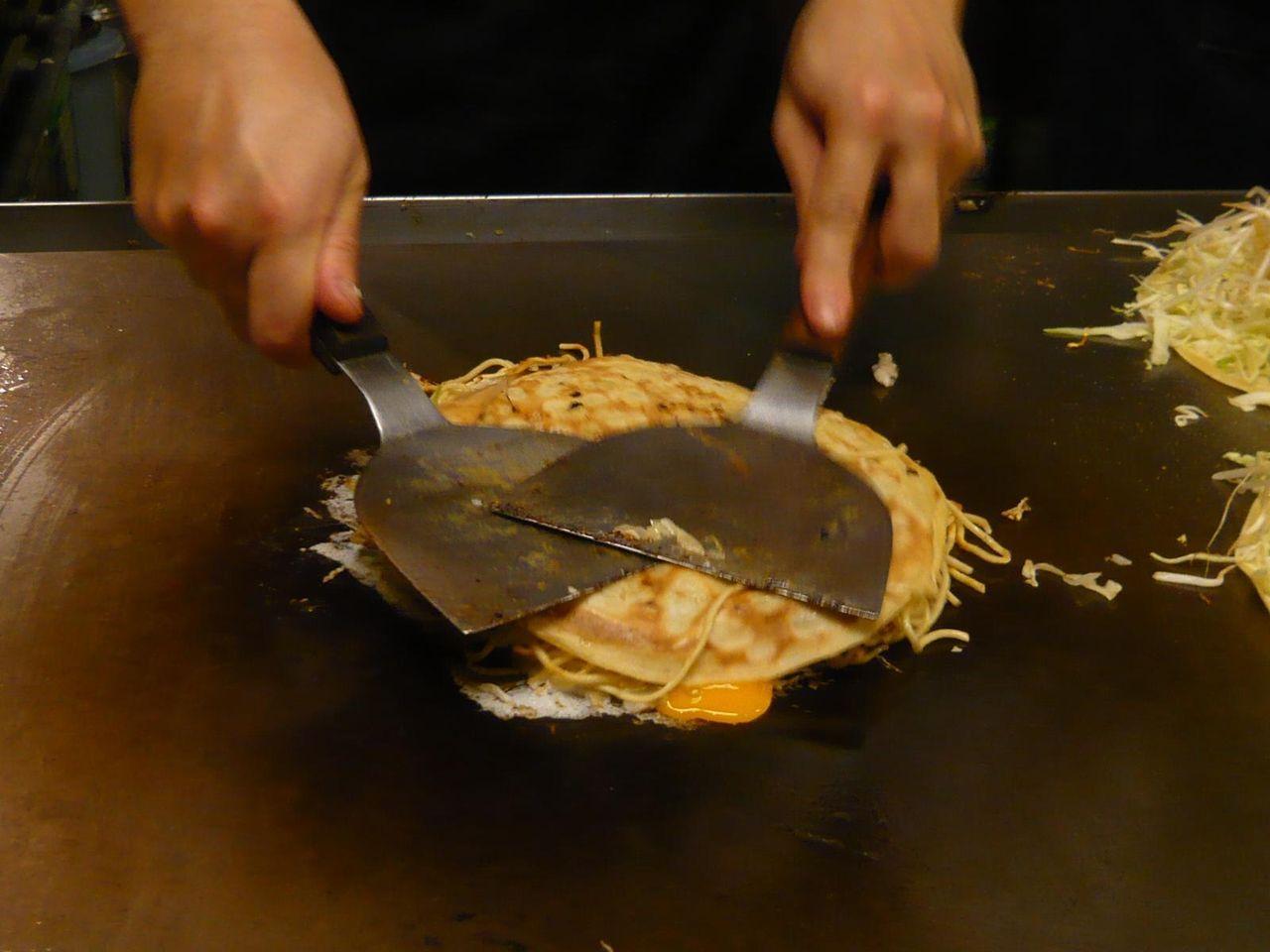 中華麺、卵と合体!・・・ヘラで圧縮して出来上がり!