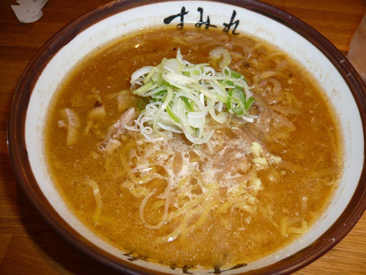 行列店「すみれ」の味噌ラーメン900円
