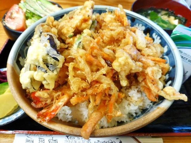 洗面器のような丼を埋め尽くす天ぷらたち!