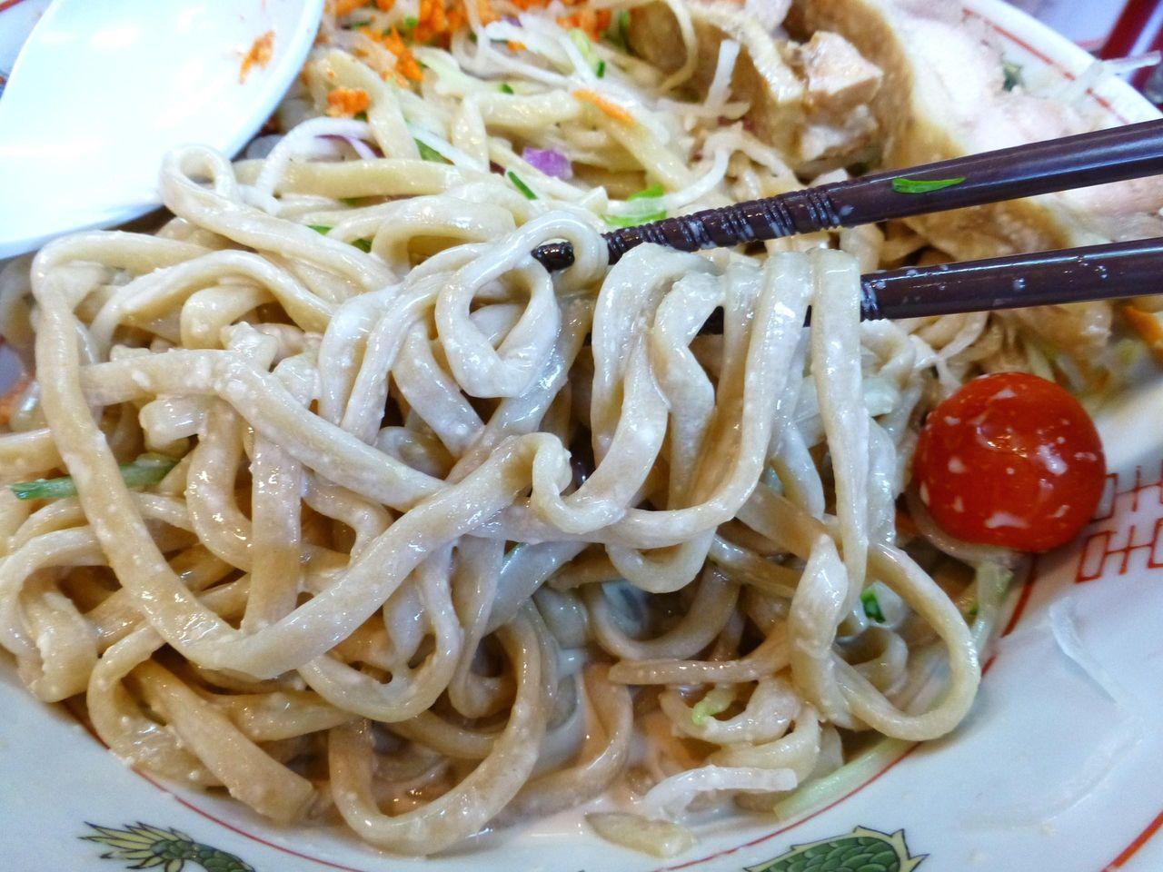 茶色い平太麺は、ザクザクッとした硬めの食感!