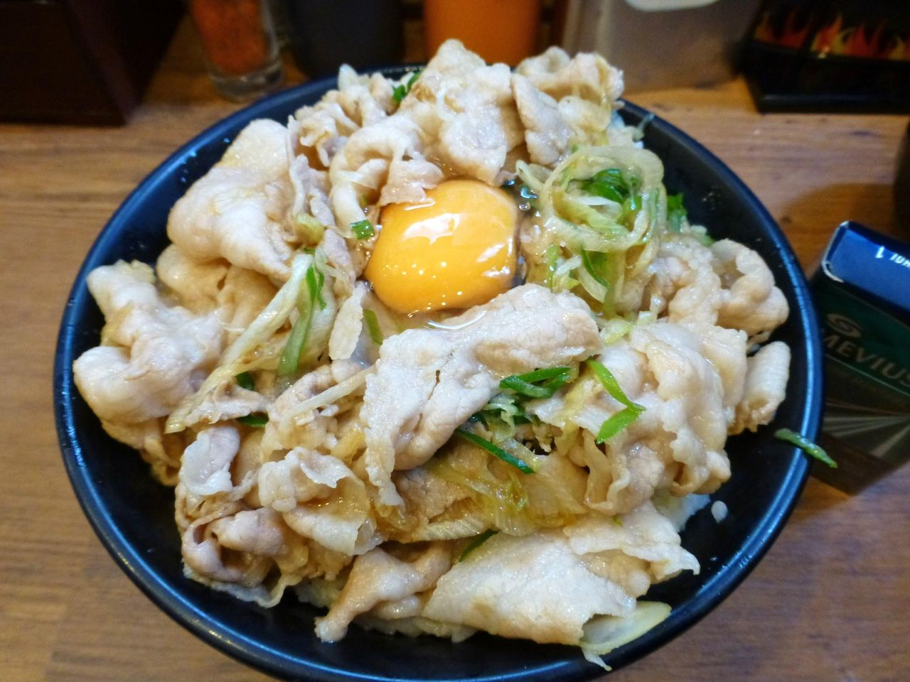 豚バラ肉を生姜ダレで炒めて、ネギを加えてあります!