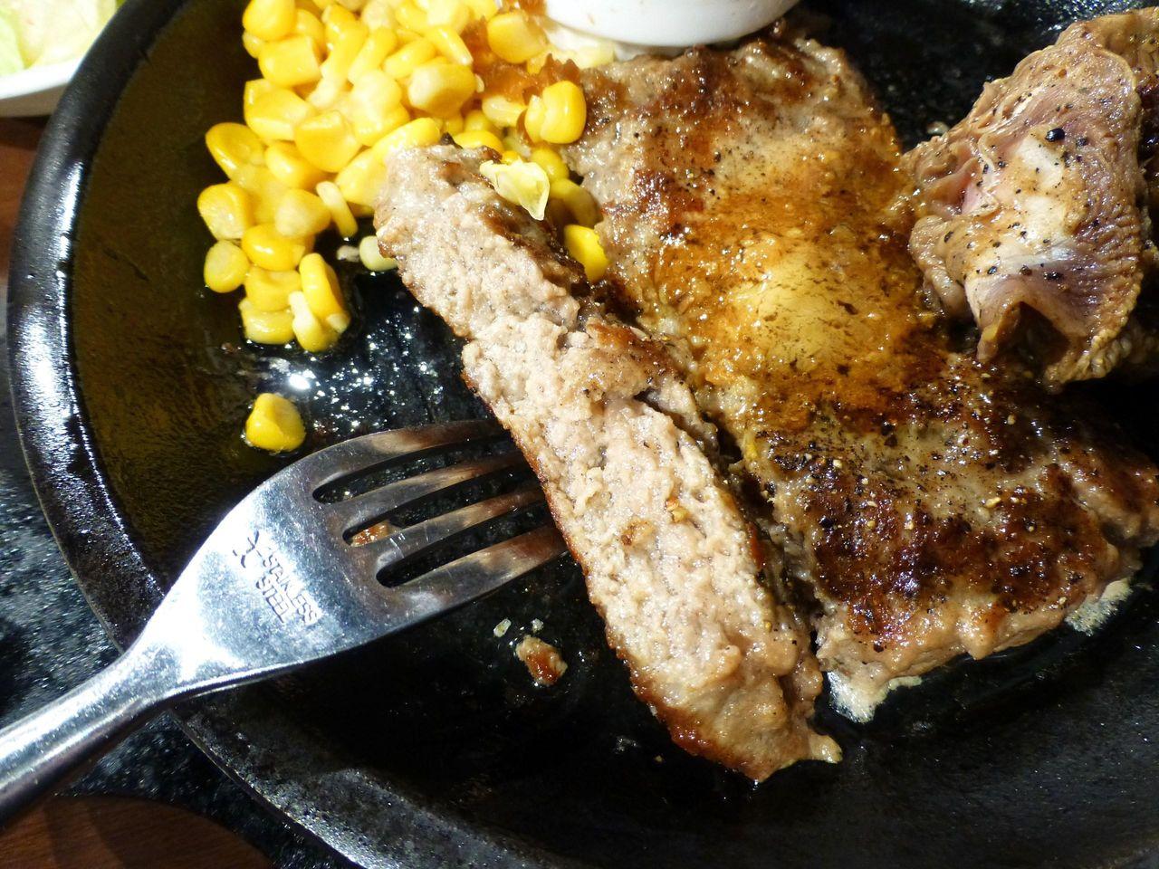 ハンバーグは、粗挽き肉を使用して、ジューシーな味わい!