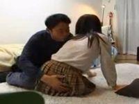 家出女子校生にクスリを飲ませて生ハメ中出しする無料エロ動画