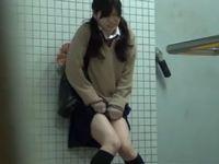 トイレが我慢できずにお漏らししちゃう女子学生の失禁盗撮動画