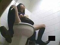 トイレですごい大勢でオナニーするJKを盗撮
