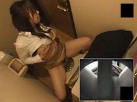 トイレのウォシュレットを使ってオナニーする女子学生を盗撮
