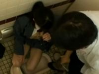 汚いトイレで嫌がりながらも援助交際しちゃう女子学生 _JKエロ