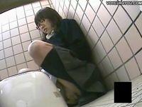 まじめ系な眼鏡っ娘学生が公衆便所でオナニーしているのを盗撮