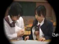 教室の机の下で彼氏に手コキする女子校生の無料エロ動画