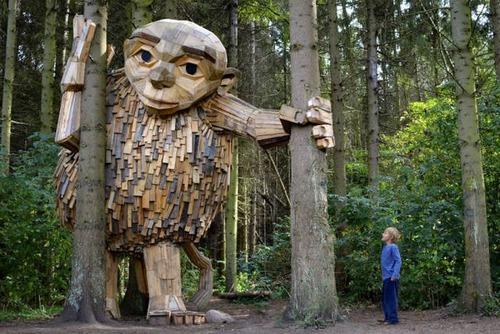 木でできた森の中の巨人の画像(1枚目)