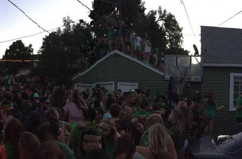 調子に乗りすぎた学生たちのパーティで家が崩壊してしまう。。の画像(1枚目)