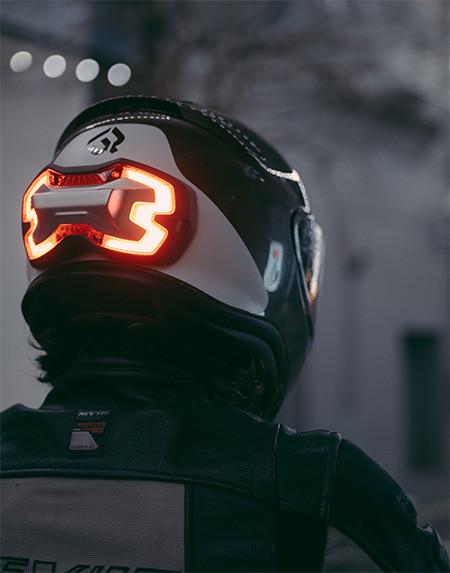 ブレーキランプ付きのヘルメット05