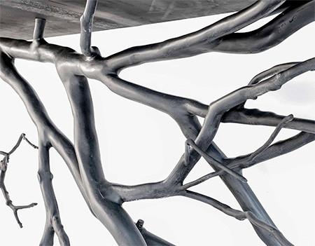 木の枝や幹がそのまま支えるテーブルの画像(2枚目)