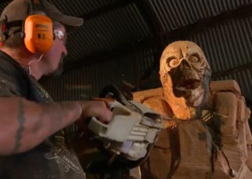 チェーンソーで作った宇宙人の彫刻が凄すぎる!!の画像(4枚目)